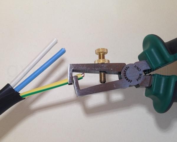 Снимаем изоляцию с кабеля 4 мм