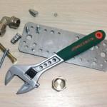Затягиваем гайки разводным ключом Jonnesway W27AT8
