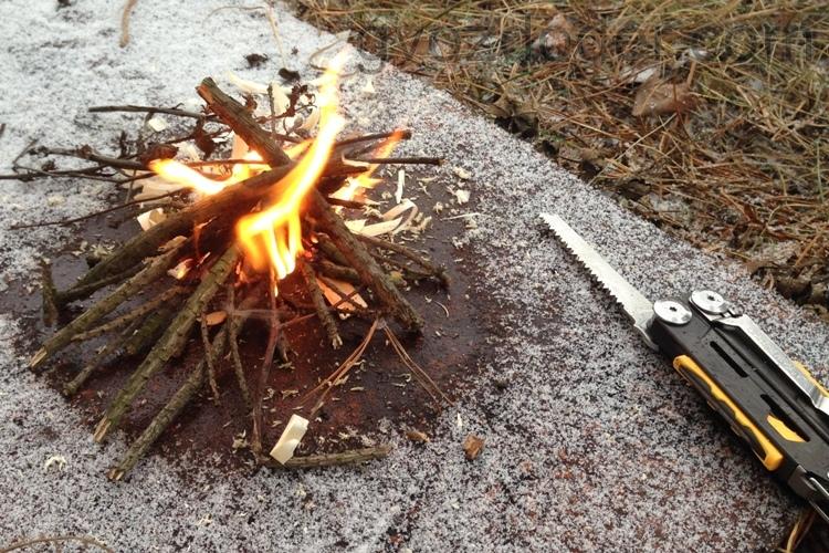 Разведение огня с помощью мультитула Leatherman Signal