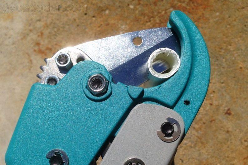 резка пластиковых труб ножницами Gross