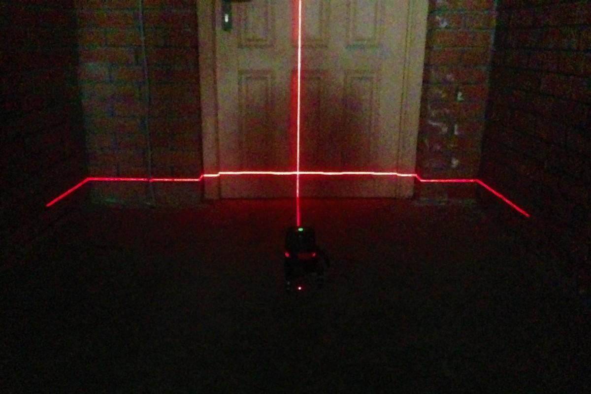 Первая вертикальная линия строится перпендикулярно горизонтальной – образуется характерный крест