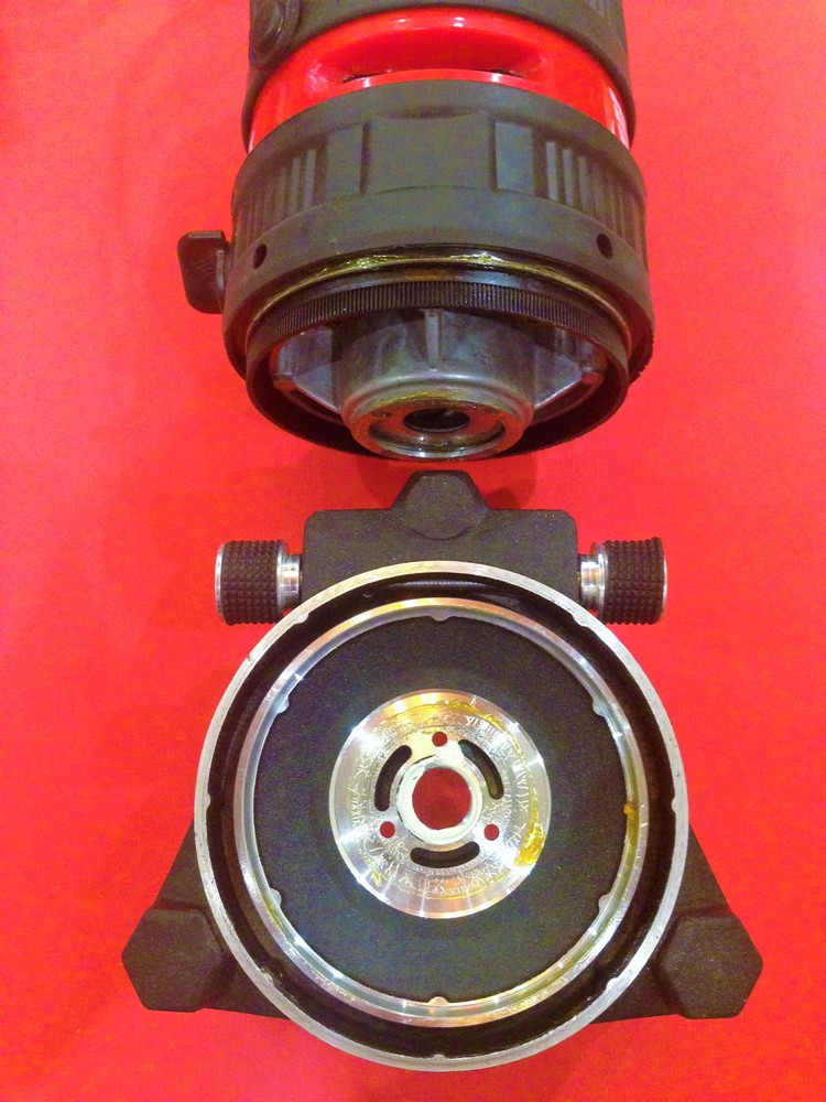 Винт точной регулировки вращает пластиковую шестерню, свободно вставленную в верхнюю часть корпуса