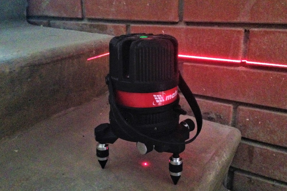 При включении лазерный уровень Матрикс сразу проецирует горизонтальную линию и точку вертикального отвеса
