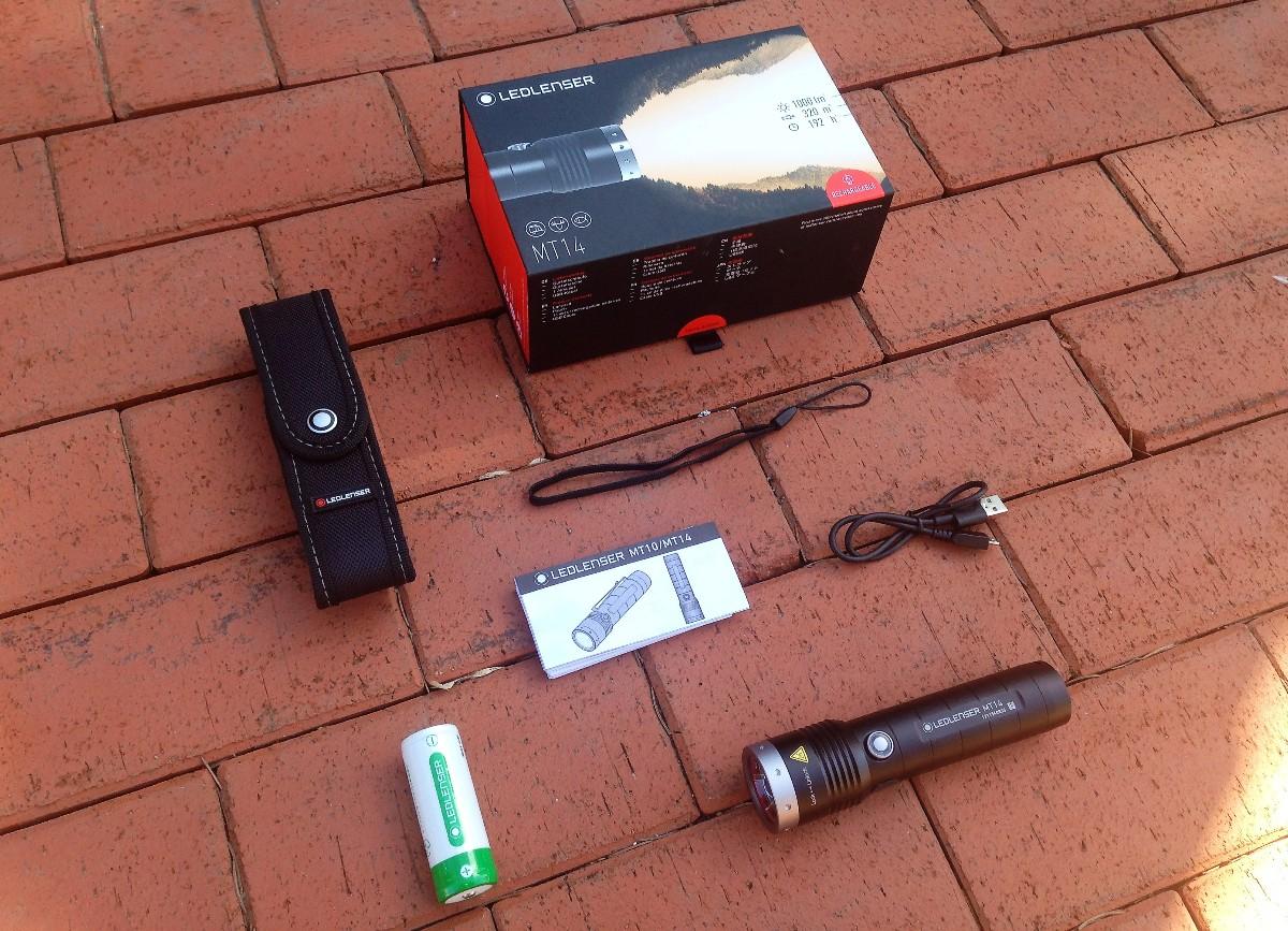 Внутри коробки уложены фонарь, аккумулятор, нейлоновый чехол, темляк, кабель micro-USB и инструкция