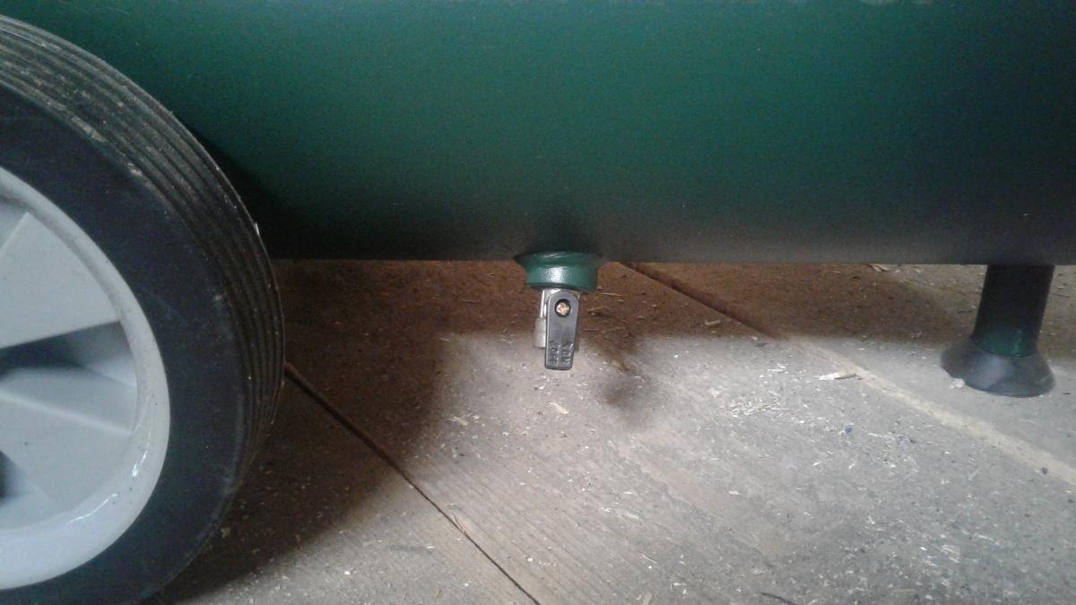 Снизу ресивера клапан для сброса давления и слива конденсата